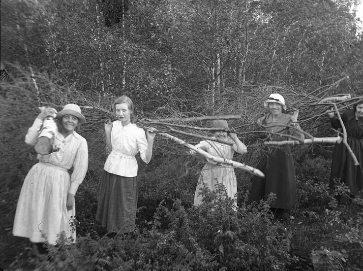 """Enligt notering: """"Risbärerskor, 2. Valborg Bräcke, Carola Olsson Bräcke, Tyra Carlsson Bräcke""""."""