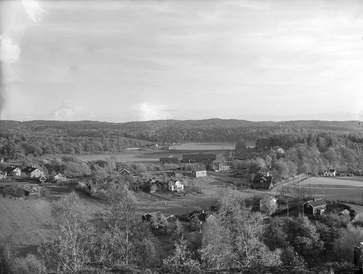 """Enligt fotografens noteringar: """"Lycke omkring ? nedre 1920. Munkedal utsikt från Gubbens näsa."""""""