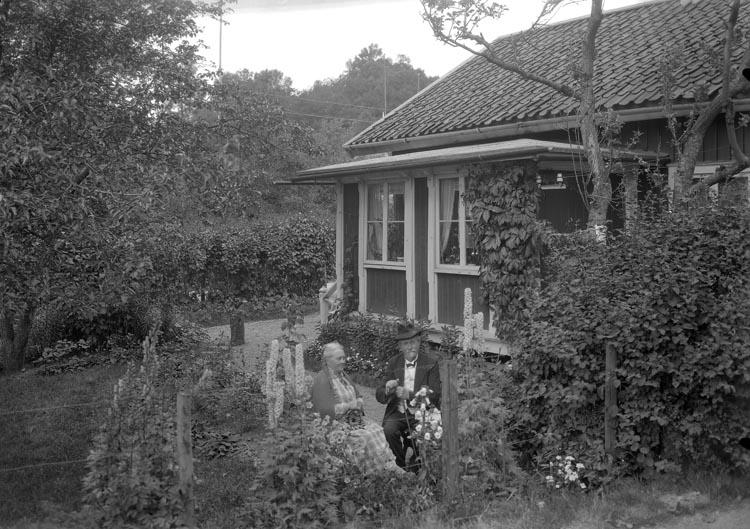"""Enligt fotografens noteringar: """"1930. 50. Herr Strandberg, Fru Strandberg Munkedal."""""""
