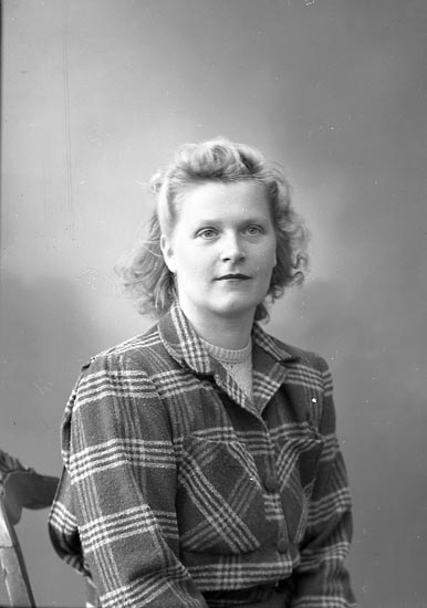 "Enligt fotografens journal nr 7 1944-1950: ""Gillbro. Fru adr. Rutgersson, Strandnorum""."