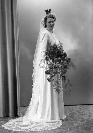 """Enligt fotografens journal nr 7 1944-1950: """"Nilsson, Herr Ingemar Harås Spekeröd bruden""""."""