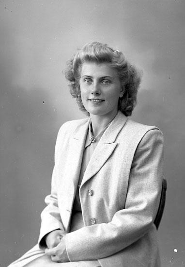 """Enligt fotografens journal nr 7 1944-1950: """"Rudolfsson, Fru Britt Järnklätt Här""""."""