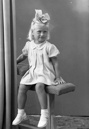 "Enligt fotografens journal nr 7 1944-1950: ""Hermansson, Marianne Dalhem Här""."