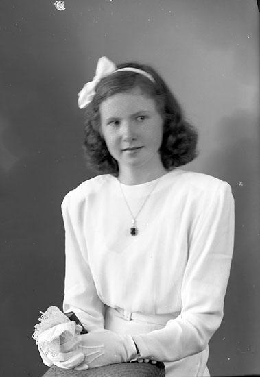 "Enligt fotografens journal nr 7 1944-1950: ""Johansson, Aina Hoga Svanesund""."