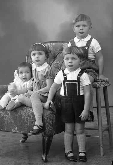 "Enligt fotografens journal nr 8 1951-1957: ""Johansson, Herr Sven Högenorum Stenungsund""."