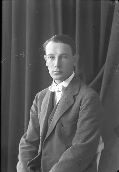 "Enligt fotografens journal nr 3 1916-1917: ""Bergvall, Herr Ön""."