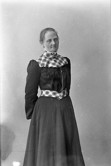 """Enligt fotografens journal nr 1 1904-1908: """"Mattsson, Fru Alma, Anrås Jörlanda""""."""