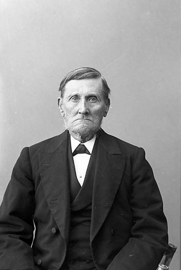 """Enligt fotografens journal nr 1 1904-1908: """"Svensson, Anders Furufjäll Stenungsund""""."""
