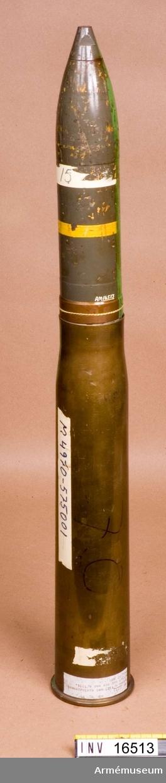 Patron m/1900 m sprängranat m/1943 och spetsanslagsrör m/1934.Patronhylsan märkt: XF 4700 27-4402 (F-42 60) grön rand Åskåd 70.Granaten är grå. Färgmärkning: gul rand.
