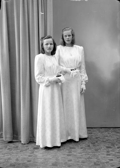 """Enligt fotografens journal nr 7 1944-1950: """"Gunnarsson, Gunvor Järnklätt Här"""". Enligt fotografens notering: """"Gunvor Gunnarsson och Lotten Wendell Järnklätt""""."""