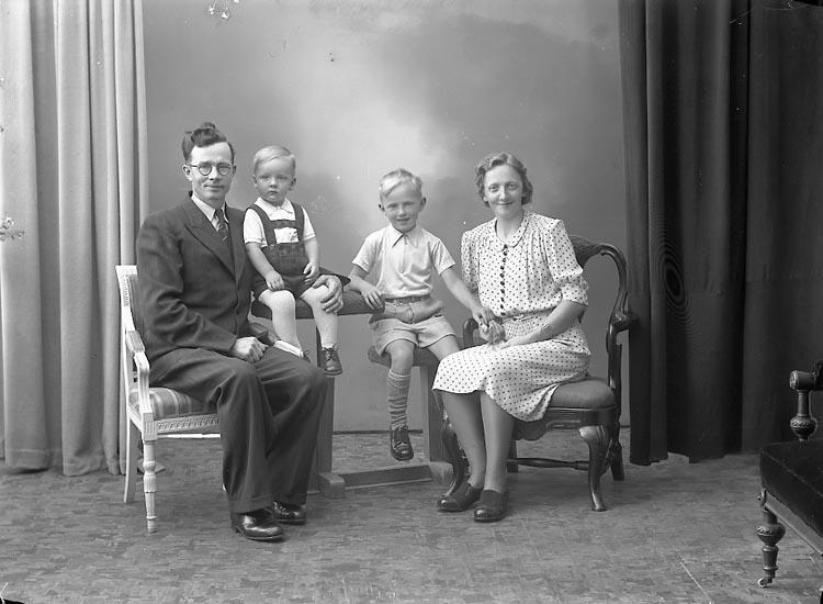 """Enligt fotografens journal nr 7 1944-1950: """"Andersson, Herr Elof Stala Varekil""""."""