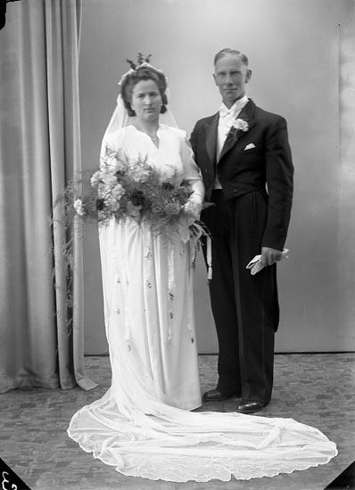 """Enligt fotografens journal nr 7 1944-1950: """"Johansson, Herr Harry Nedre Röra, Spekeröd""""."""