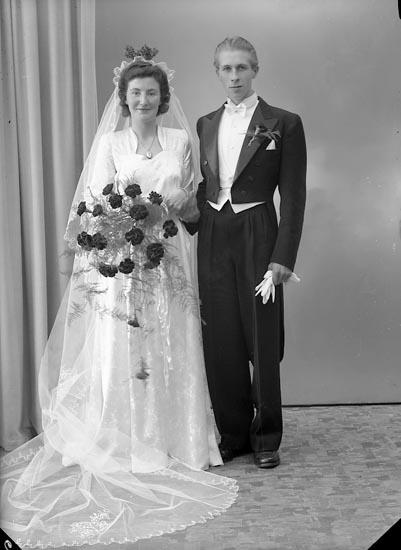 """Enligt fotografens journal nr 7 1944-1950: """"Johansson, Brudparet David Henån""""."""