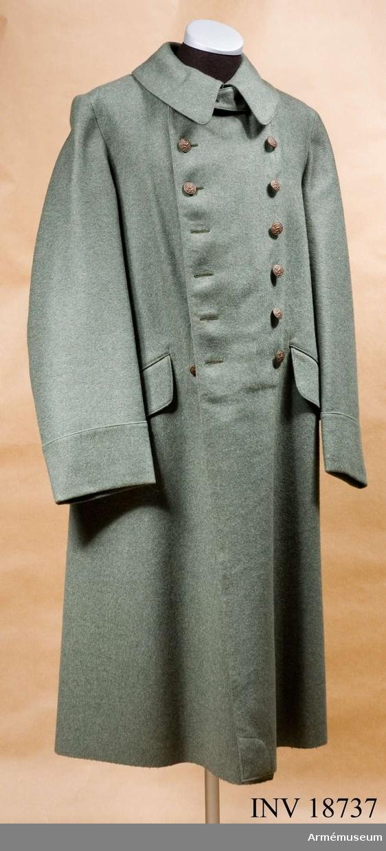 """Grupp C I. Ur uniform för menig vid Infanteriet?, Holland.  Vapenrock, ridbyxa, mössa m/1912, kappa m/1912, benlindor, kängor, tornister, livrem, patronväskor, ränsel. Av grön-grått kläde. Tvåradig med sju knappar i var rad. Baktill i livet en sleif, som består av två delar: en med knapphål och en med knapp: en slits,l:50 cm, med 3 knappar. Fickor, 2 på framsidan, sneda med fyrkantiga lock. Foder av mörkgrått bomullstyg. Knappar av brons med holländska statsvapnet, lejon, d:20 mm: 14 st på bröstet och en på sleifen. Krage, nedvikt liggande, av samma kläde med hyska och hake. Lös sleif fastknäppt med 2 knappar under kragen. Ärmuppslag av samma kläde. Rakskurna, h:100 mm. LITT  Hanbuch der Uniformkunde, Prof Richard Knötel. Hamburg 1937. sida 256. """"Die grüne Felduniform ihre Waffen-Rang- abzeichen"""". År 1912 infördes i holländska armén fältgrå uniform. Sida 255. Abb. 101. Niederlande. C. infanteristen i likadan långbindel Bilder i färger (klistrade på kartångpapper) Infanterister med samma långbindel.Enl W Granberga 1954-56."""