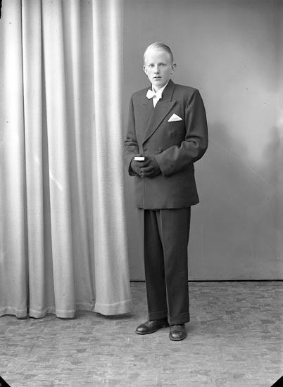 "Enligt fotografens journal nr 8 1951-1957: ""Alfredsson, Rolf, Hallerna Stenungsund""."