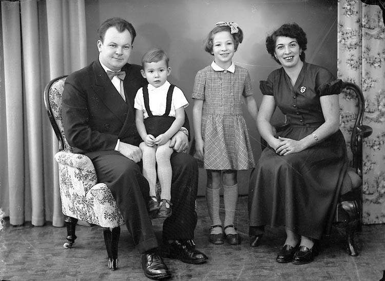 """Enligt fotografens journal nr 8 1951-1957: """"Andersson, Almesund Hjälteby"""". Enligt fotografens notering: """"Herr Frans Andersson, Almesund Hjälteby""""."""