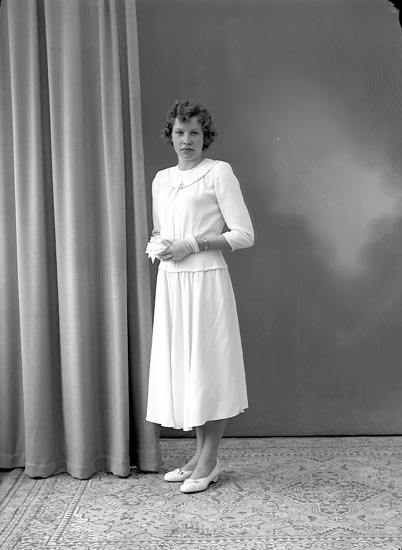 """Enligt fotografens journal nr 8 1951-1957: """"Martinsson, Kerstin, Dälene, Svenshögen""""."""