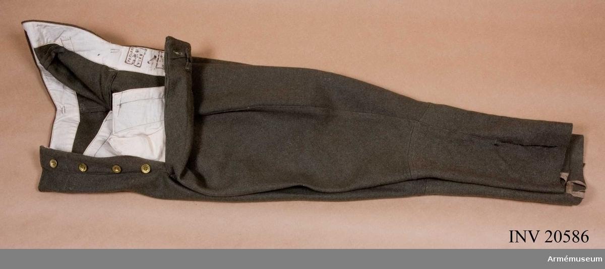 Grupp C I. Ur uniform för chefskapet i Sovjetiska armén.Byxor, stövelmodell av grönt kläde. Fickor, 2 st på sidorna. Sprund med knappar. Spänntamp med två ringar.