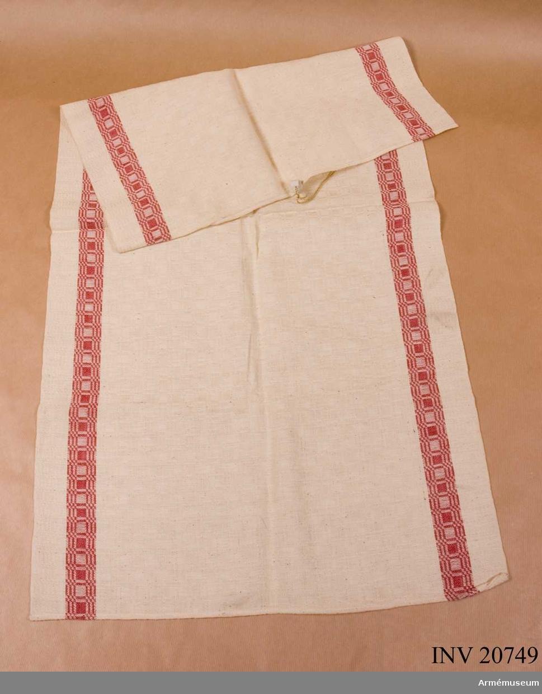 Grupp C I Av vitt bomullstyg med röd rand.   Samhörande gåva: AM.20748-9