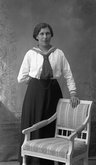 """Enligt fotografens journal Lyckorna 1909-1918: """"Hansson, Märta Viktoriagatan 2 A, Gbg""""."""