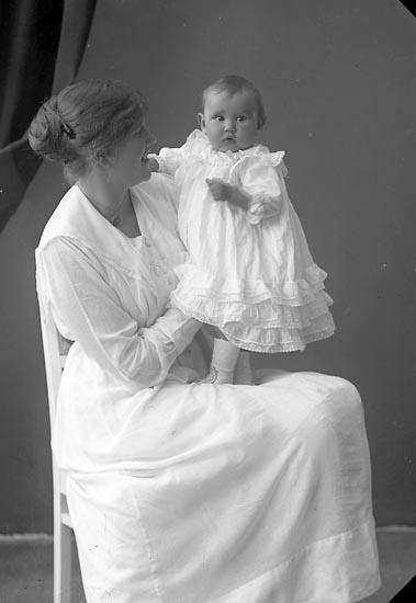 """Enligt fotografens journal nr 4 1918-1922: """"Hallberg, Fru Tandl. med lillen Gbg""""."""