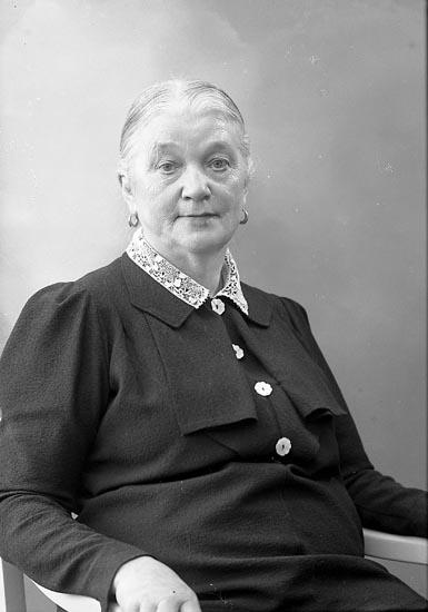 """Enligt fotografens journal nr 6 1930-1943: """"Svensson, Fru Charlotta Bräcketorp Spekeröd""""."""