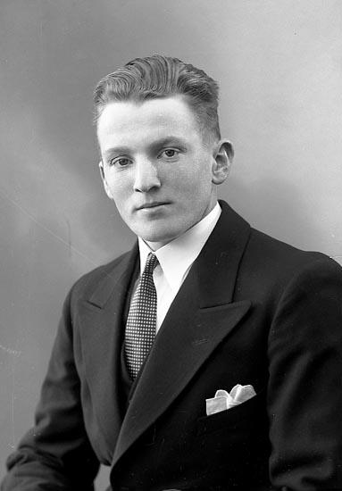 """Enligt fotografens journal nr 6 1930-1943: """"Andersson, Lennart Hällene Hjälteby""""."""