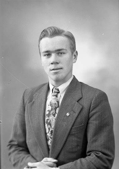 """Enligt fotografens journal nr 8 1951-1957: """"Svensson, Herr Stig, Vallby, Jäger""""."""