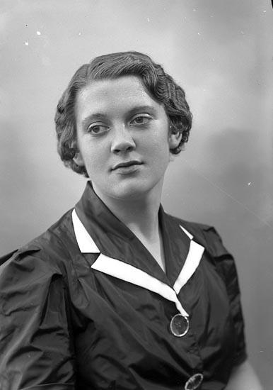 """Enligt fotografens journal nr 6 1930-1943: """"Olsson, Karin Nösnäs Här""""."""