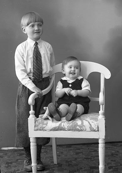 """Enligt fotografens journal nr 6 1930-1943: """"Svensson, Fru Ally Källsby, Jörlanda""""."""
