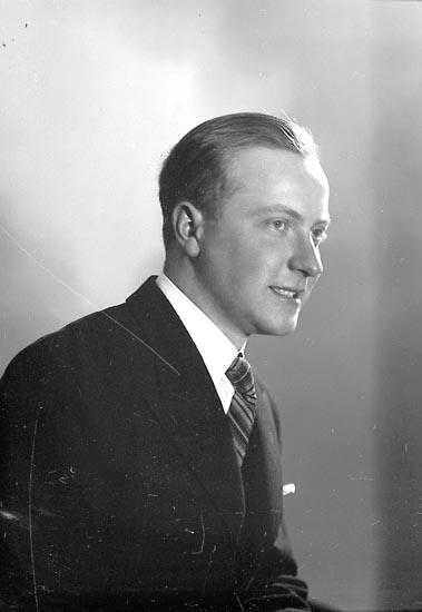 """Enligt fotografens journal nr 6 1930-1943: """"Karlsson, Tor Här""""."""
