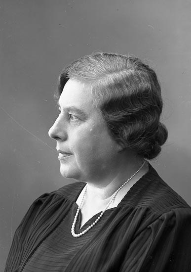 """Enligt fotografens journal nr 6 1930-1943: """"Norberg, Fru Rektorskan Alingsås"""". Enligt fotografens notering: """"Rektorskan Fru Ellen Norberg Alingsås""""."""