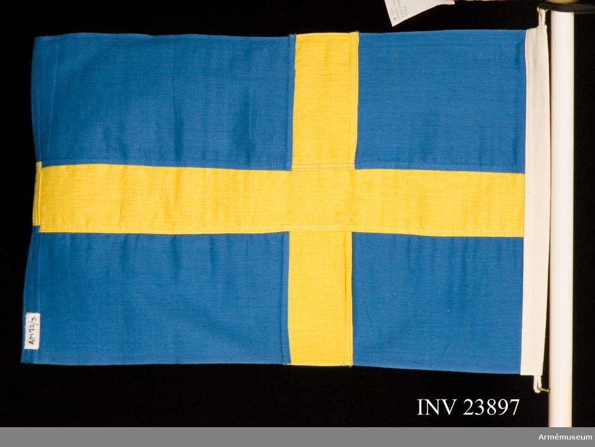 Samhörande nr är 23899-900, flagga, stång. Grupp B I. Mått 33 x 50 cm. Använd vid Vapenhistoriska kongressen 1962.