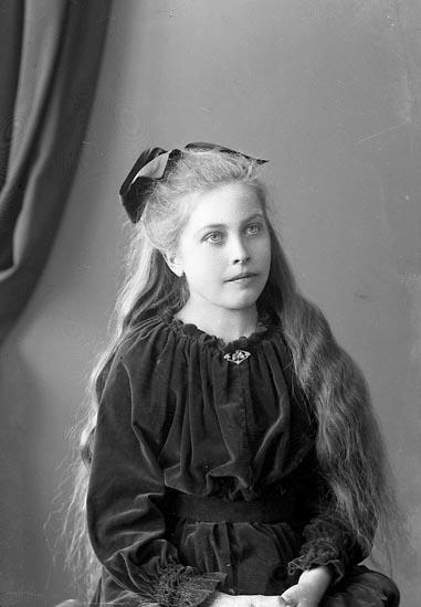 """Enligt fotografens journal nr 4 1918-1922: """"Johansson, Ingrid Lundby, Spekeröd""""."""