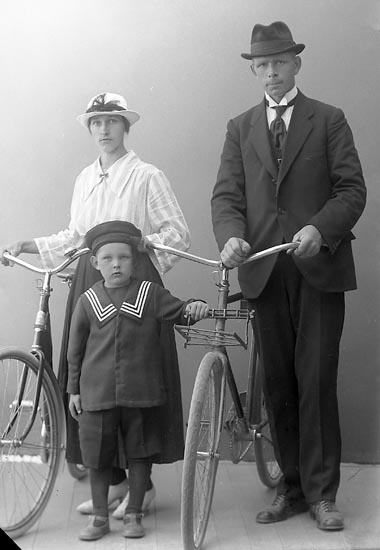 """Enligt fotografens journal nr 4 1918-1922: """"Gustafsson, Alf Gullborga, Svenshögen""""."""