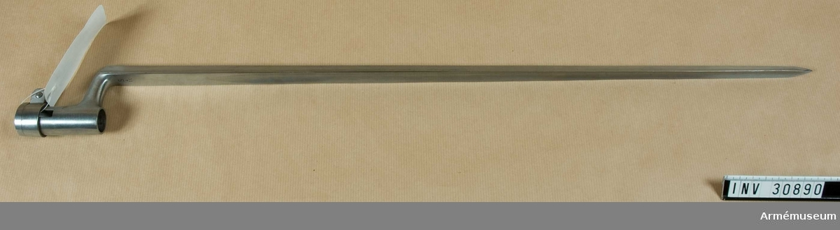 Samhörande nr är 30889-90, gevär, bajonett. Grupp E II. Bajonetten är blank och av m/1864 (AM 4428). På klingans översida står nedtill S, T och 31. LITT  Unge, Översikt av de europeiska härarnas nu varande eldhandvapen, sid 103. Enl J. Alm 1941.