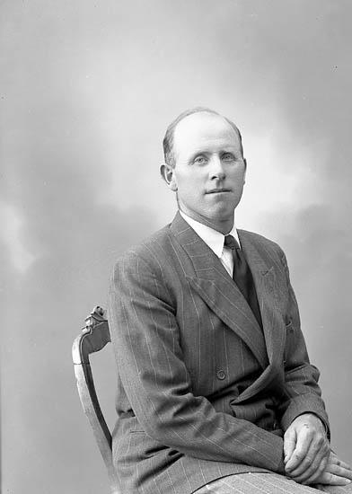 """Enligt fotografens journal nr 7 1944-1950: """"Mattsson, Herr Gustaf, Töreby, Jörlanda""""."""