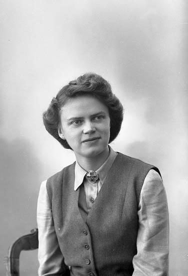 """Enligt fotografens journal nr 7 1944-1950: """"Wenndahl, Fr. Maja Jörlanda""""."""