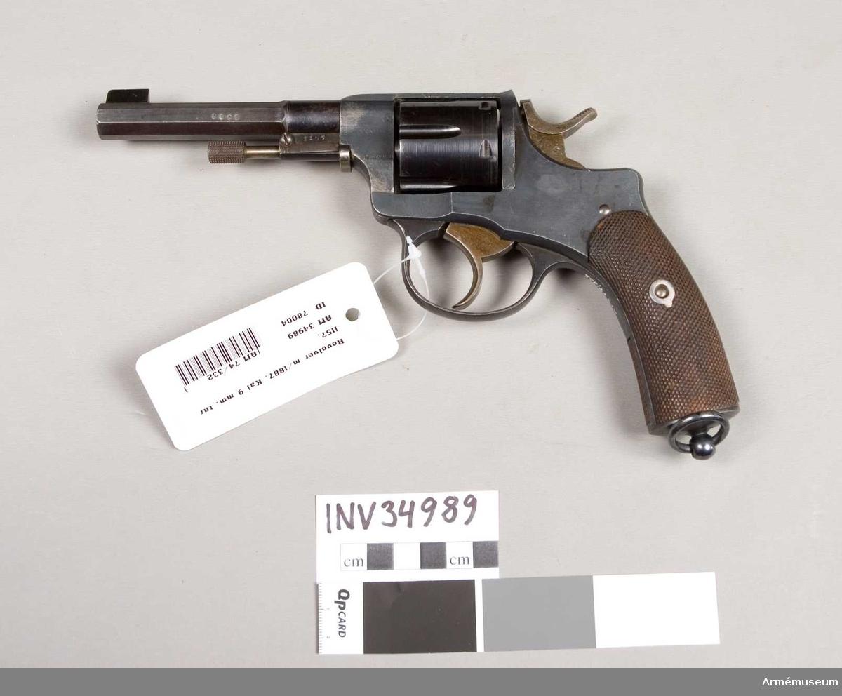 Grupp E III. Ändrad för 9 mm ammunition. Ändringen har troligen skett vid Carl Gustafs stads Gevärsfaktori, då hanen är märkt med krönt C.