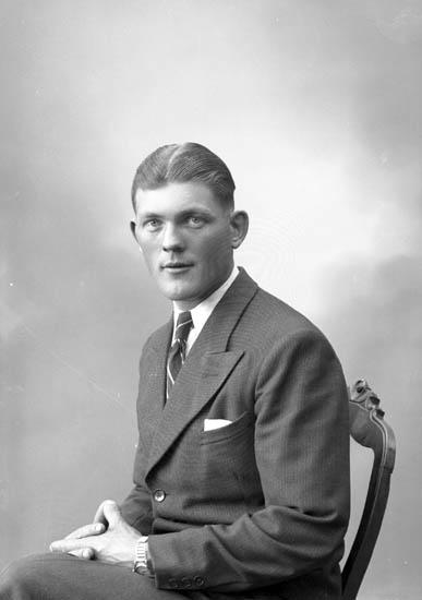 """Enligt fotografens journal nr 7 1944-1950: """"Persson, Herr Sten Stenungsund""""."""