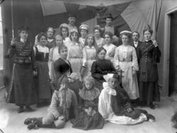 """Enligt fotografens journal nr 1 1904-1908: """"Skyttefästen, De"""