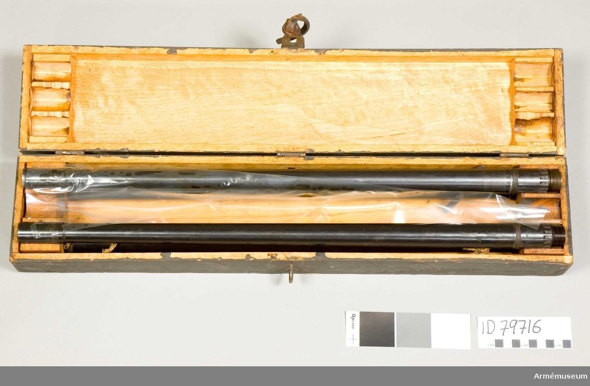 Grupp E IV. Samhörande till kulsprutan finns lavett, bandlådehållare, åtta bandlådor, tillbehörslåda med innehåll, vattenlåda, riktpunkt m tillbehör, pipa i fodral, fyra pipor i trälåda, ångslang, bärband, manteltätare.