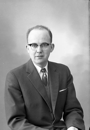 """Enligt fotografens journal nr 9 1958-: """"Josefsson, Herr Rune Vattenfall, Stenungsund""""."""