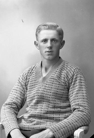 """Enligt fotografens journal nr 5 1923-1929: """"Olsson, John, Håby, Jörlanda""""."""