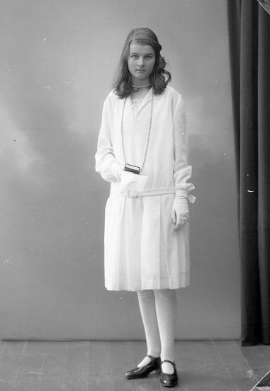 """Enligt fotografens journal nr 5 1923-1929: """"Sjöberg, Elsa Här""""."""