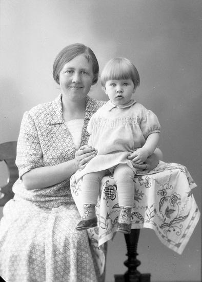 """Enligt fotografens journal nr 5 1923-1929: """"Andersson, Fru Selma, Stenungsund""""."""