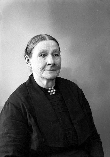 """Enligt fotografens journal nr 6 1930-1943: """"Berntsson, Fru Mathilda Mjörn Hjälteby""""."""