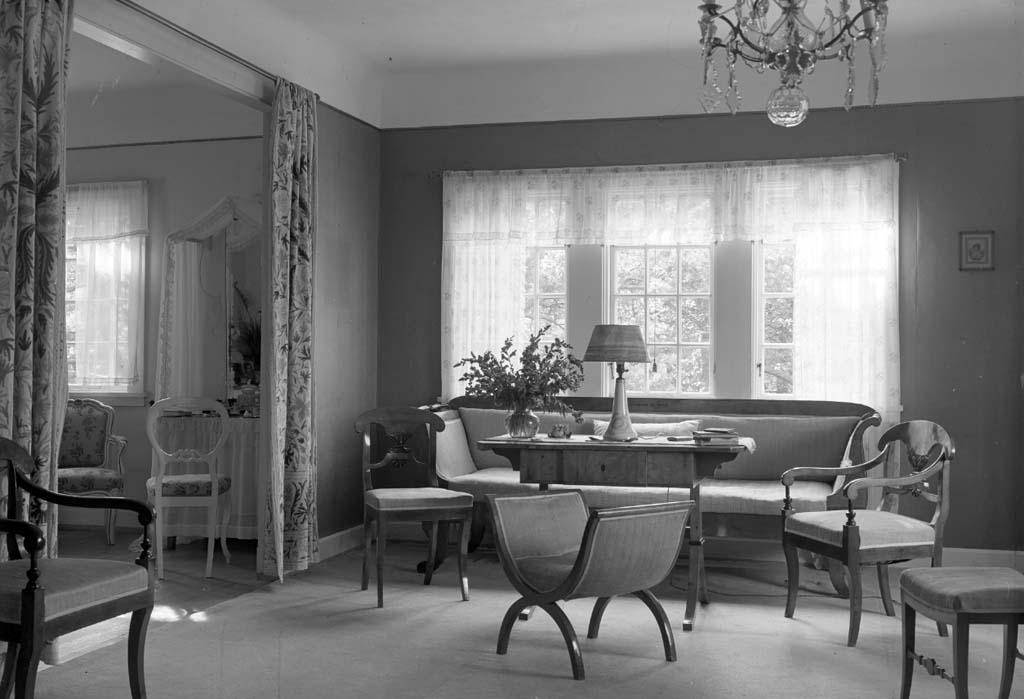 "Enligt fotografen: ""D. 15 sept 1934 Konsulinnans rum. Konsulinnan Aspegren Stenungsön""."