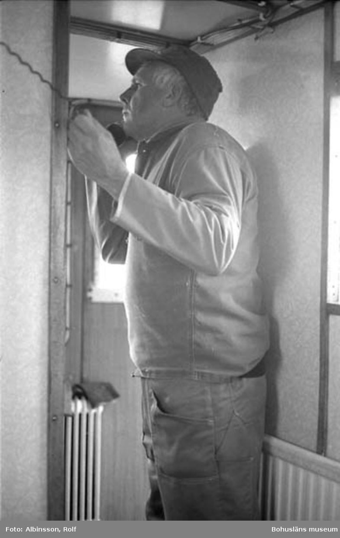 """Enligt fotografens noteringar: """"Erling Larsson pratar med en annan trålare.""""  Fototid: 1996-03-06."""