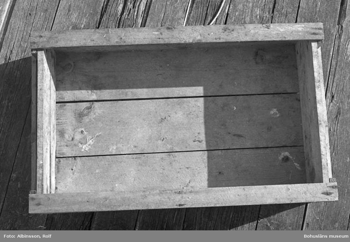 """Enligt fotografens noteringar: """"En halvlåda på Tobias bugång.""""  Fototid: 1996-03-14.  1996-03-15"""